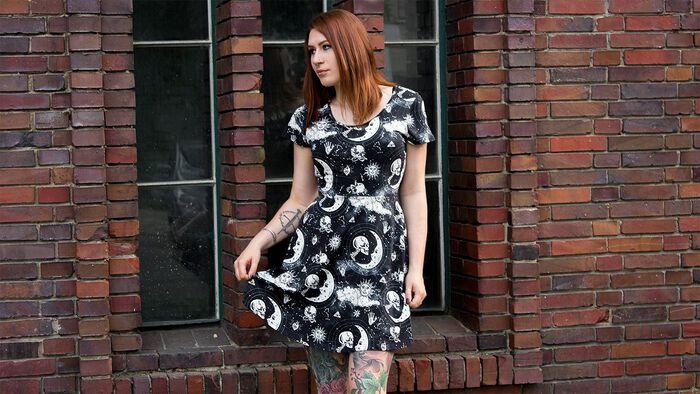 Okkultes Sommer Outfit – Moonstone Skater Dress und Petit Ouija Kette