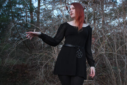 Witchy Vibes mit dem Dress Bet von Outer Vision