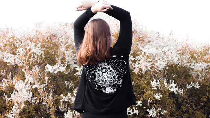 Perfekt für den Herbst – der Angel Of Darkness Cardigan von Gothicana