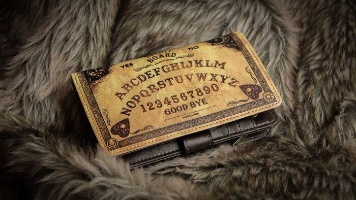 Magischer Schutz mit der Spirit Board Geldbörse von Nemesis Now