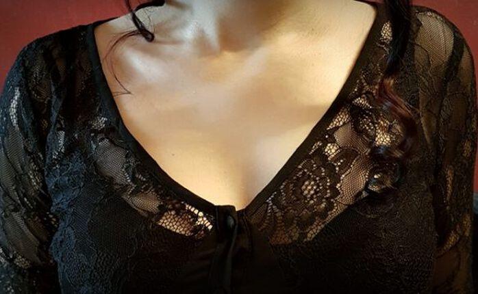 Mit dem Lace Overlay Dress von Gothicana in den Frühling