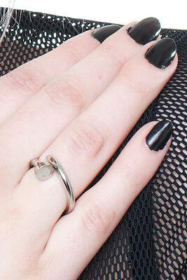 Ring im Nagel Design